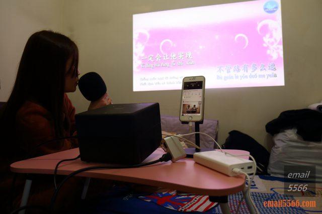 全球最小3LCD 雷射投影機 Epson EF12-天花板前投、無線投影、Android TV、自動對焦/水平垂直梯型修正-老婆Elly喜歡唱歌